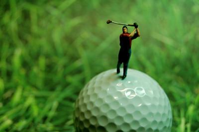 ゴルフボールに乗るゴルファー